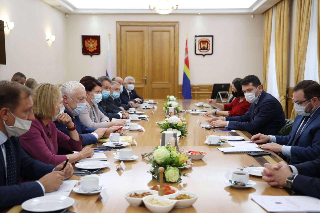 Алиханов попросил депутатов «закладывать расходы» в бюджет с умом