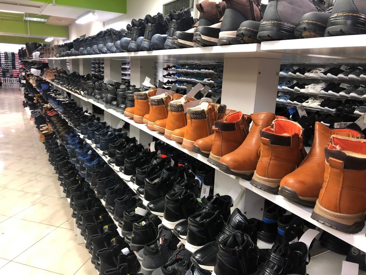 В Калининграде таможенники арестовали 296 пар обуви в одном из торговых центров