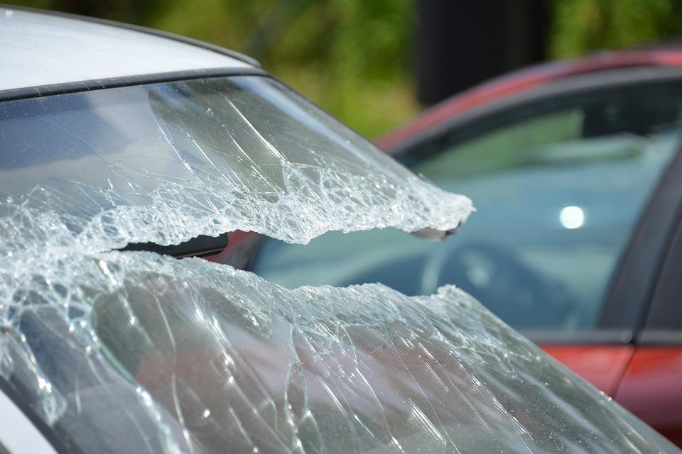 Калининградка отсудила 30 тысяч рублей за упавший на её автомобиль кусок балконной плиты